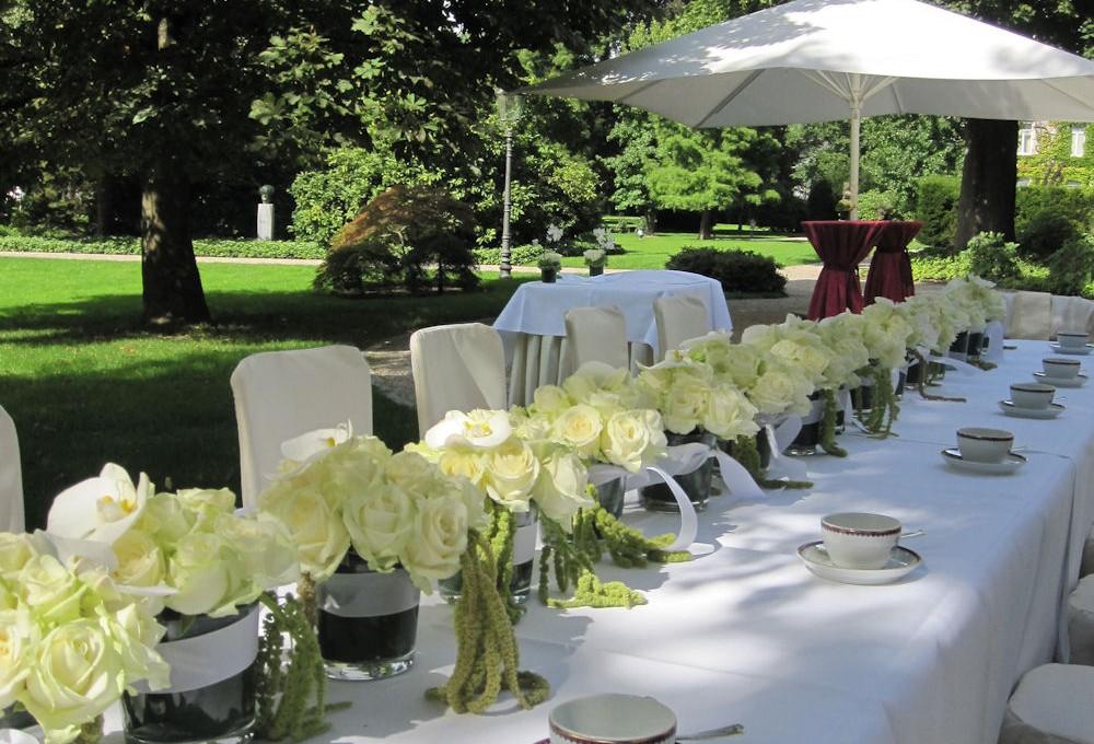 Blumenschmuck für die Hochzeitskirche